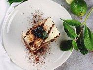 Руска торта с домашни блатове, бял крем и сладко от боровинки